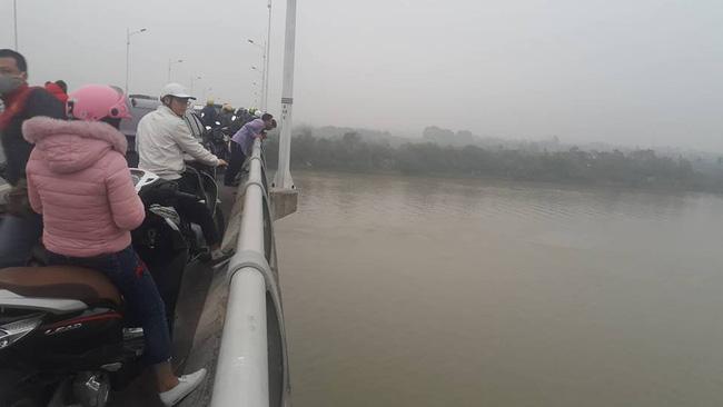 Nam thanh niên đi trên cầu Hàn bất ngờ để lại xe máy rồi nhảy xuống sông tự tử-1