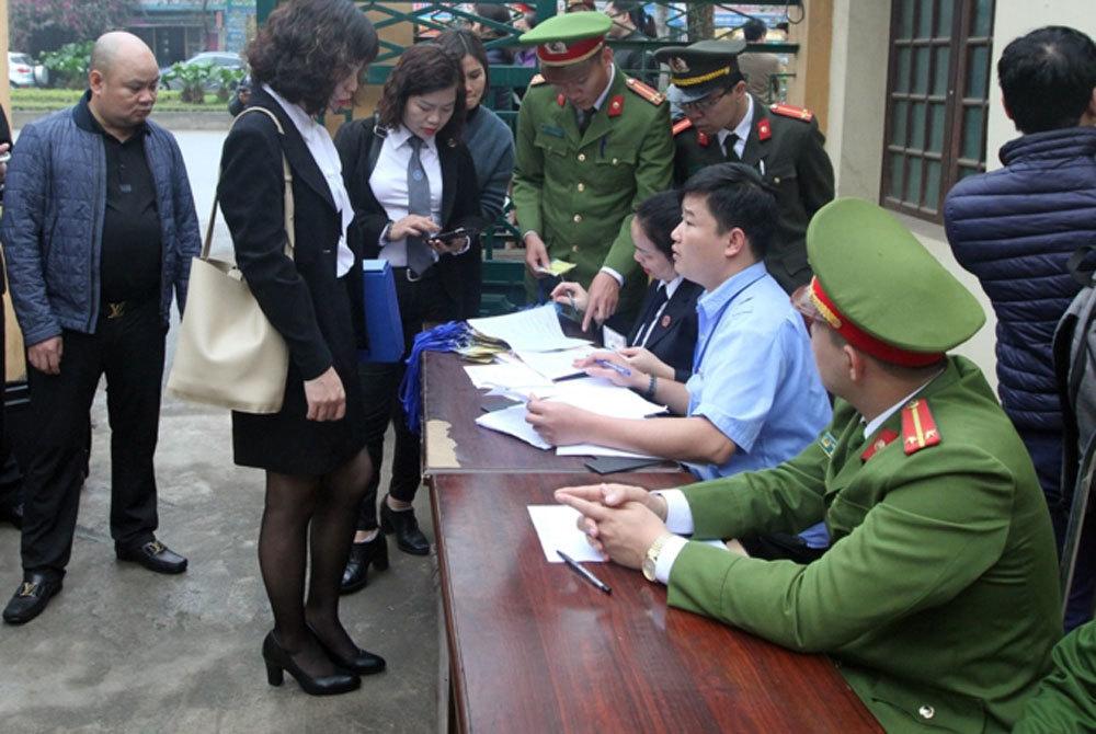 Hoãn phiên tòa do bác sĩ Hoàng Công Lương vắng mặt-2