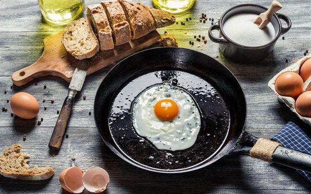 Đầu bếp nổi tiếng tiết lộ mẹo biến chảo sắt thành chống dính ngay trong 1 phút chỉ với mẹo vặt chẳng ai ngờ-2