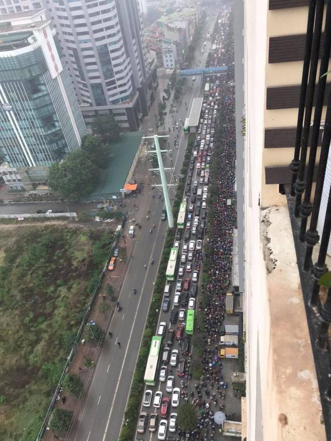 Tắc đường kinh hoàng ở Hà Nội sáng nay: Qua 20 cái đèn xanh rồi mà vẫn không thể di chuyển-3