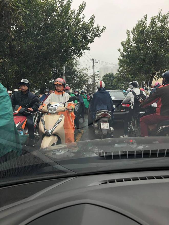 Tắc đường kinh hoàng ở Hà Nội sáng nay: Qua 20 cái đèn xanh rồi mà vẫn không thể di chuyển-11