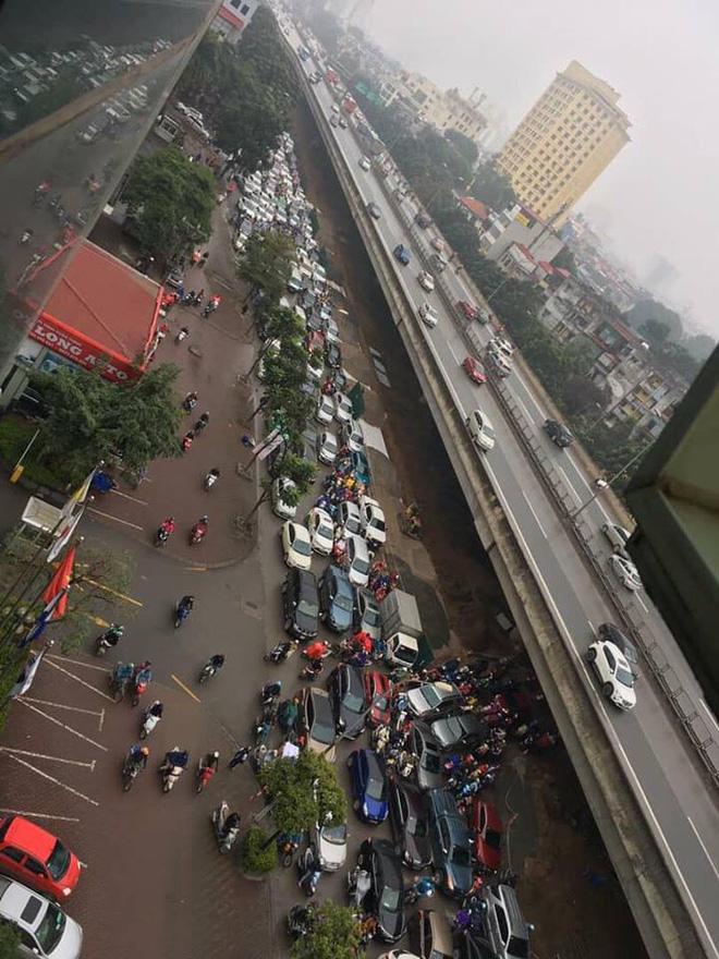 Tắc đường kinh hoàng ở Hà Nội sáng nay: Qua 20 cái đèn xanh rồi mà vẫn không thể di chuyển-6