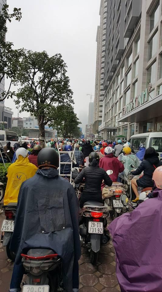 Tắc đường kinh hoàng ở Hà Nội sáng nay: Qua 20 cái đèn xanh rồi mà vẫn không thể di chuyển-12