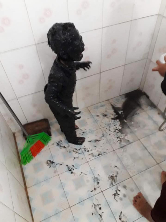 Hình ảnh bé trai lấm bùn đen và phi vụ giải cứu hot nhất mạng xã hội tối thứ Hai-1