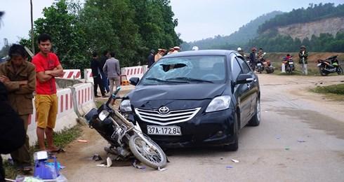 """Ô tô đâm xe máy tại ngã tư tử thần"""", 1 phụ nữ nguy kịch-1"""