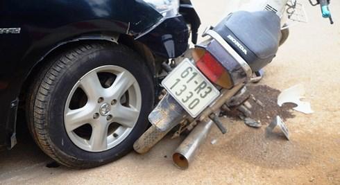 """Ô tô đâm xe máy tại ngã tư tử thần"""", 1 phụ nữ nguy kịch-2"""