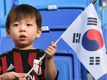 Hình ảnh cậu bé bụ bẫm, ngơ ngác vẫy cờ Hàn Quốc tại Asian Cup gây sốt bởi quá đỗi dễ thương