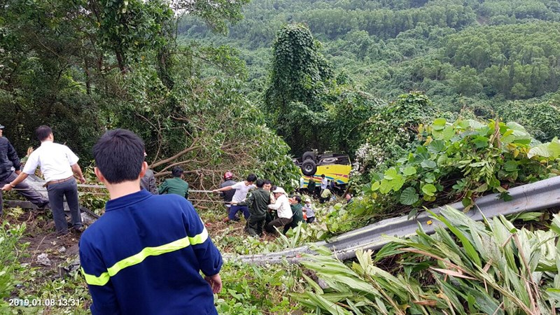 Xe khách rơi trên đèo Hải Vân, 23 người bị nạn-3