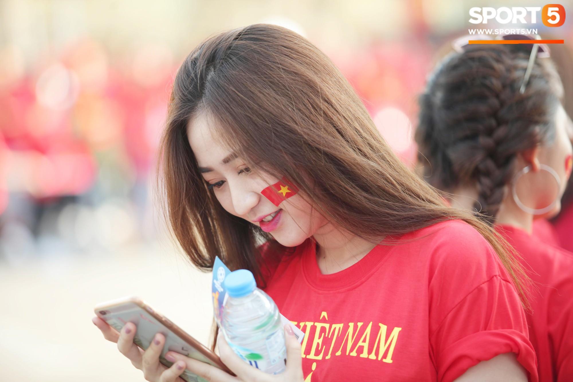 Dàn fangirl xinh đẹp tiếp lửa cho đội tuyển Việt Nam trước trận gặp Iraq-6