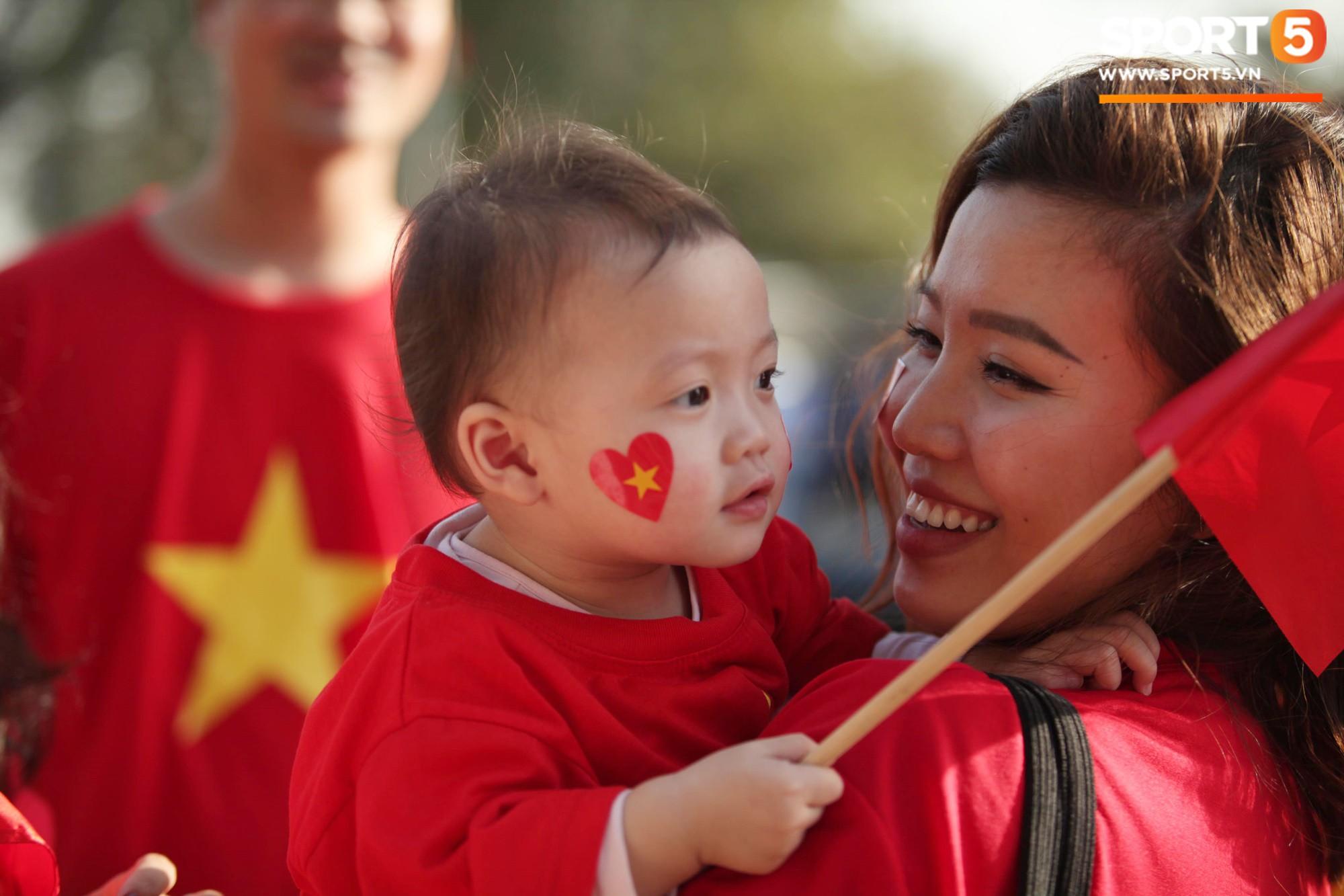 Dàn fangirl xinh đẹp tiếp lửa cho đội tuyển Việt Nam trước trận gặp Iraq-10