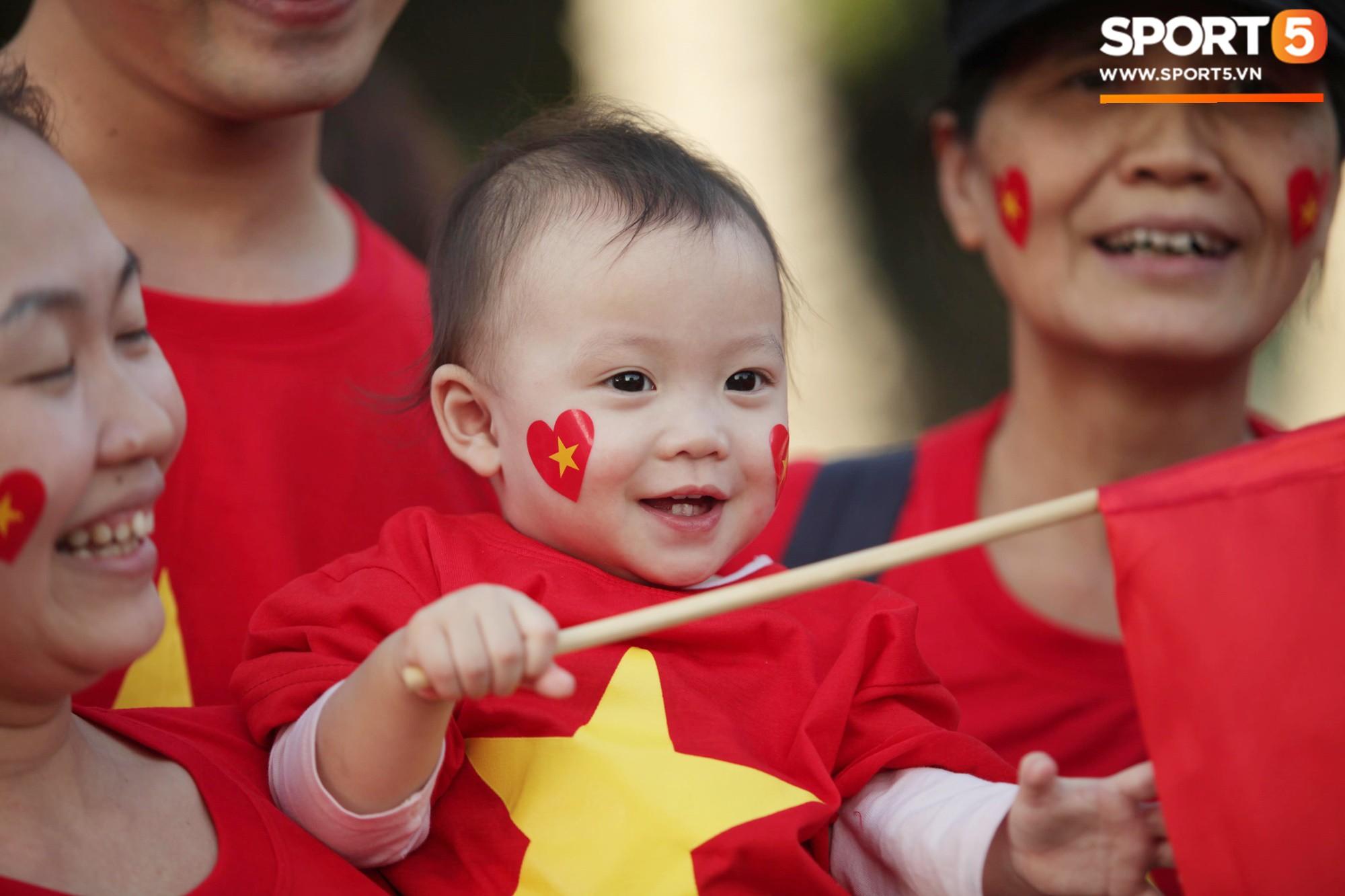 Dàn fangirl xinh đẹp tiếp lửa cho đội tuyển Việt Nam trước trận gặp Iraq-9