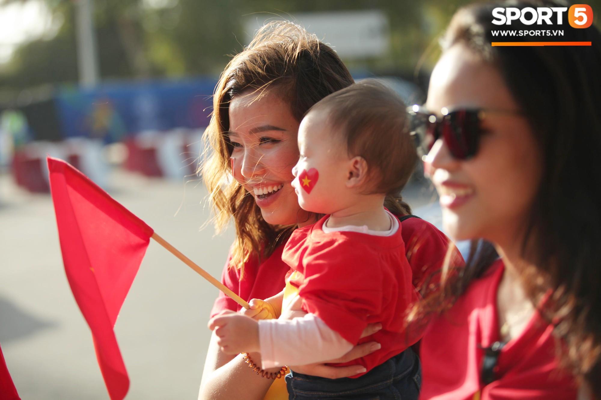 Dàn fangirl xinh đẹp tiếp lửa cho đội tuyển Việt Nam trước trận gặp Iraq-7