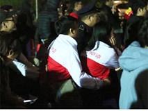Khoảnh khắc đôi bạn sinh viên ĐH Thuỷ Lợi ôm nhau xem Việt Nam đấu Iraq khiến hội FA gato cực độ