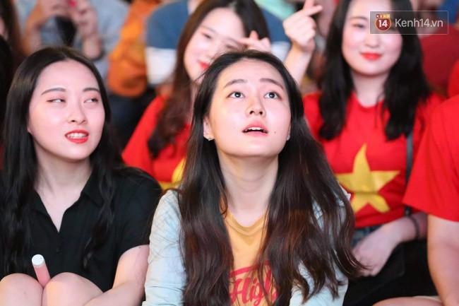 Khoảnh khắc đôi bạn sinh viên ĐH Thuỷ Lợi ôm nhau xem Việt Nam đấu Iraq khiến hội FA gato cực độ-3