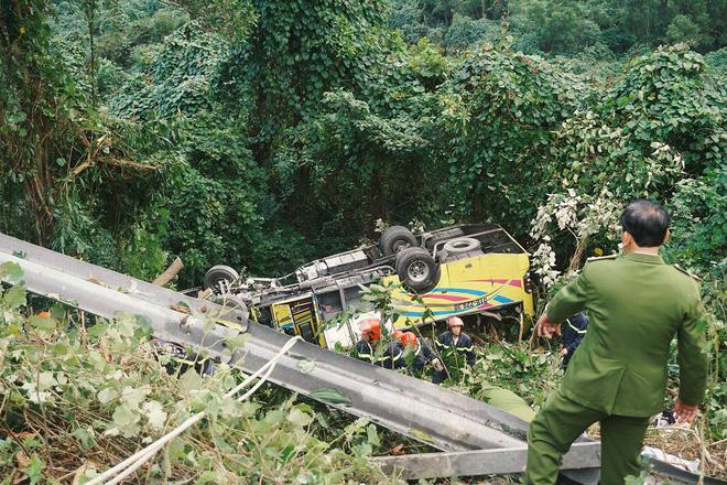 Người cứu 10 nạn nhân vụ xe khách lao xuống đèo Hải Vân: Nhiều em mắc kẹt trong xe gào khóc, kêu cứu thất thanh-4