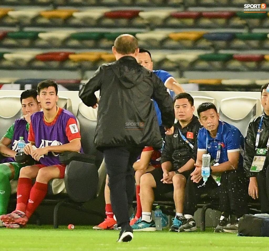 Thua Iraq, HLV Park Hang-seo tức giận đá tung chai nước trước mặt học trò-1