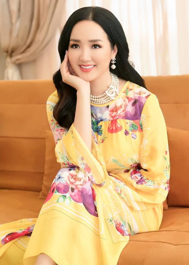 Hoa hậu Đền Hùng Giáng My diện đầm vàng khoe sắc xuân rạng rỡ-2