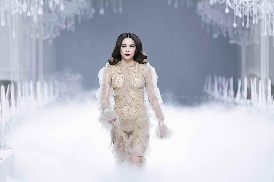 Catwalk vẫn đẳng cấp thần sầu, Hồ Ngọc Hà mặc như không trên sàn diễn thời trang-2