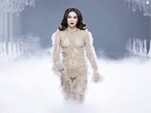 Catwalk vẫn đẳng cấp thần sầu, Hồ Ngọc Hà 'mặc như không' trên sàn diễn thời trang