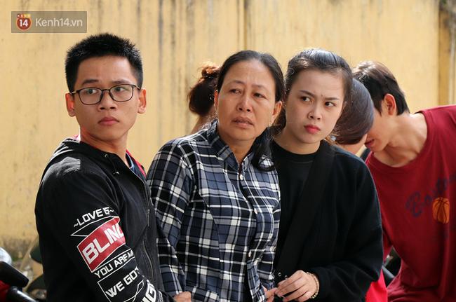 Vượt gần 1.500km, cha mẹ nữ sinh tử vong trong vụ xe lao xuống vực đèo Hải Vân ngã quỵ khi đón thi thể con tại nhà vĩnh biệt-1