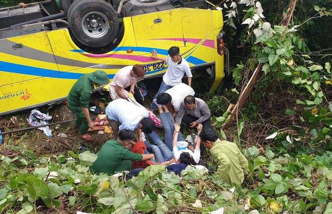 Vượt gần 1.500km, cha mẹ nữ sinh tử vong trong vụ xe lao xuống vực đèo Hải Vân ngã quỵ khi đón thi thể con tại nhà vĩnh biệt-3