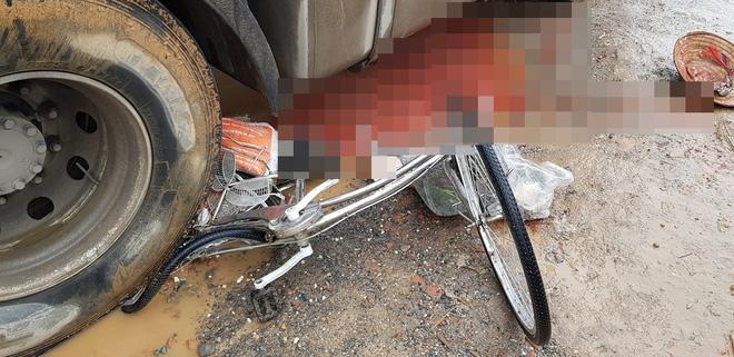 Người phụ nữ bị xe đầu kéo chèn qua, dân mạng tích cực chia sẻ clip để tìm thân nhân-2