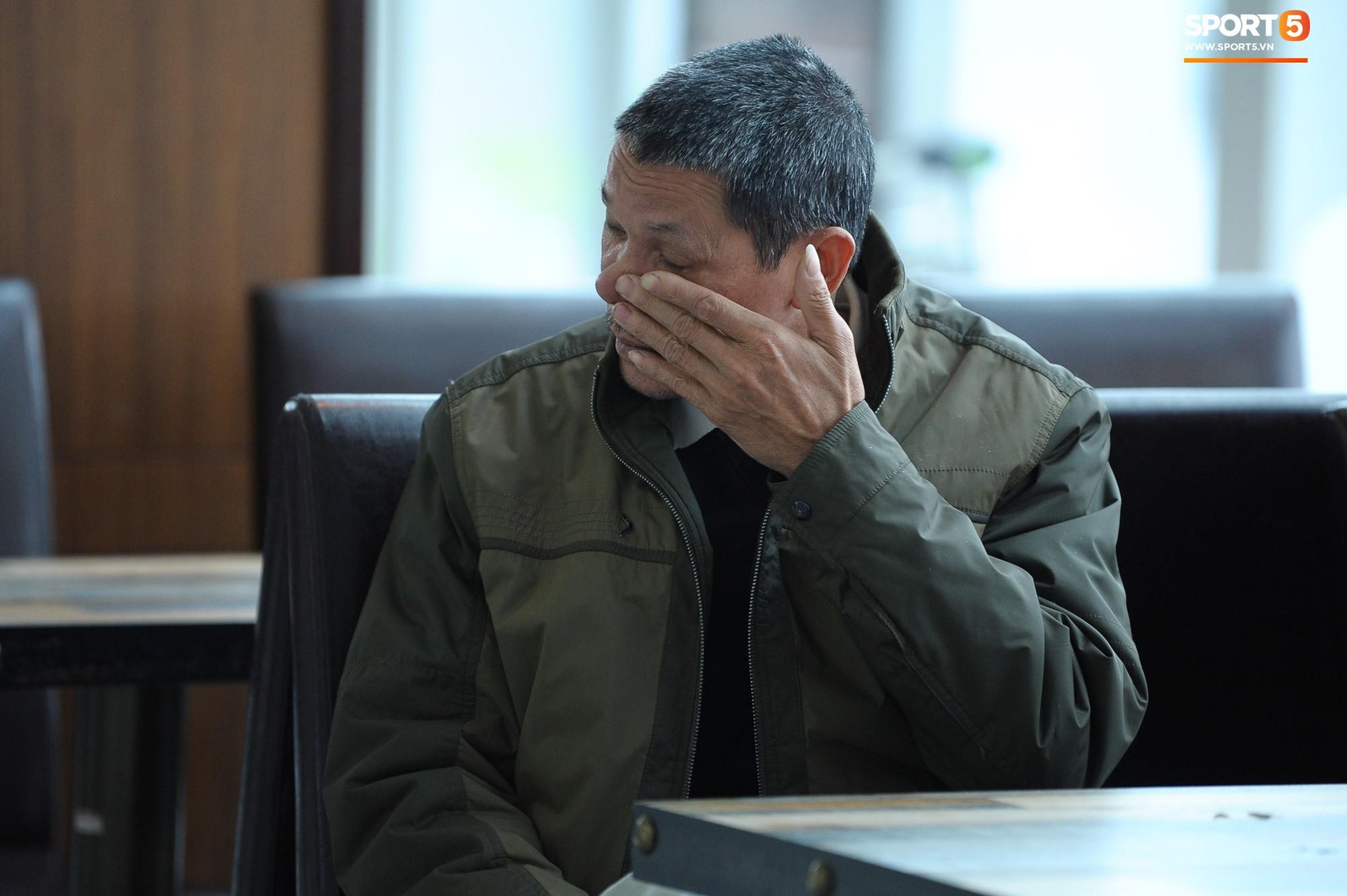 Xúc động hình ảnh bố mẹ Đình Trọng chăm chú nhìn con trai bước ra máy bay sang Hàn Quốc-3