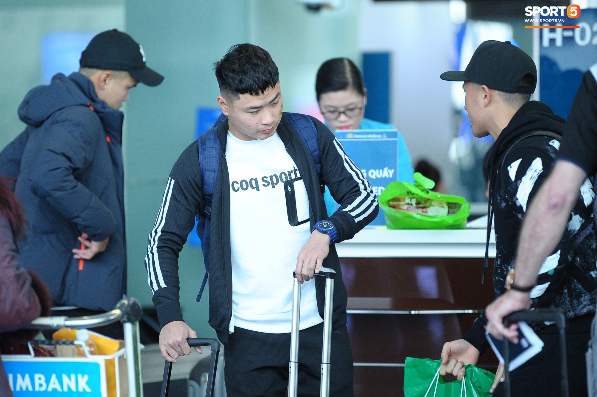 Xúc động hình ảnh bố mẹ Đình Trọng chăm chú nhìn con trai bước ra máy bay sang Hàn Quốc-7