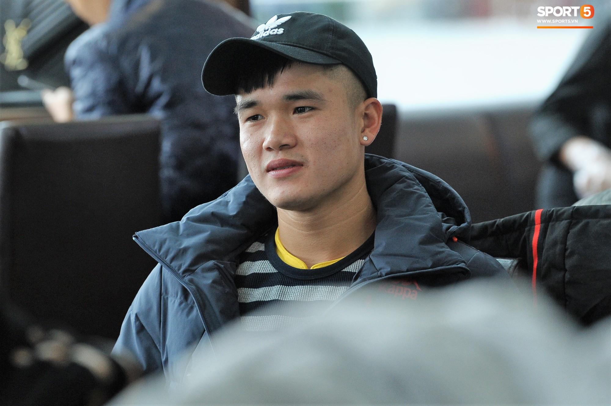 Xúc động hình ảnh bố mẹ Đình Trọng chăm chú nhìn con trai bước ra máy bay sang Hàn Quốc-9