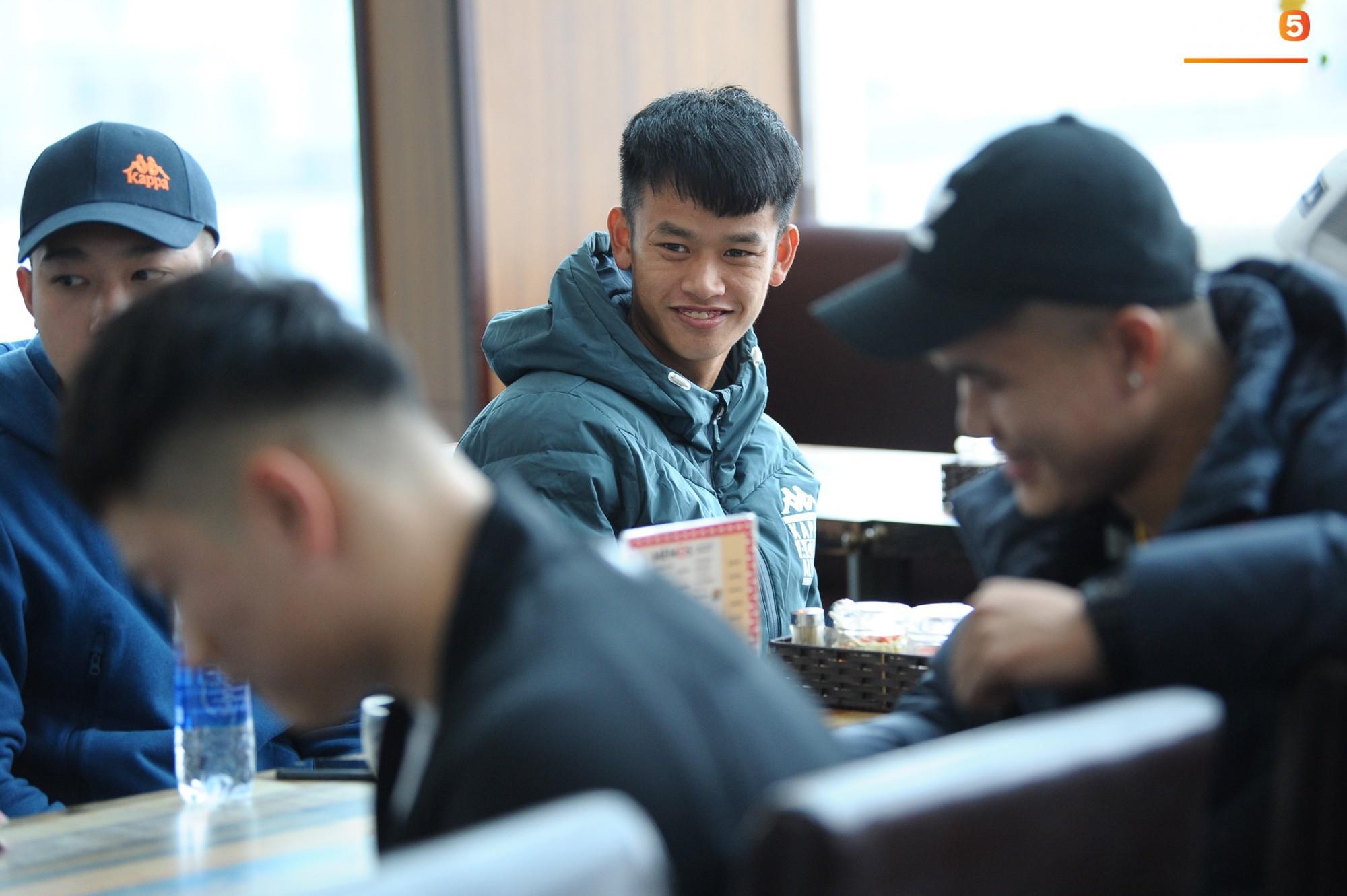 Xúc động hình ảnh bố mẹ Đình Trọng chăm chú nhìn con trai bước ra máy bay sang Hàn Quốc-10