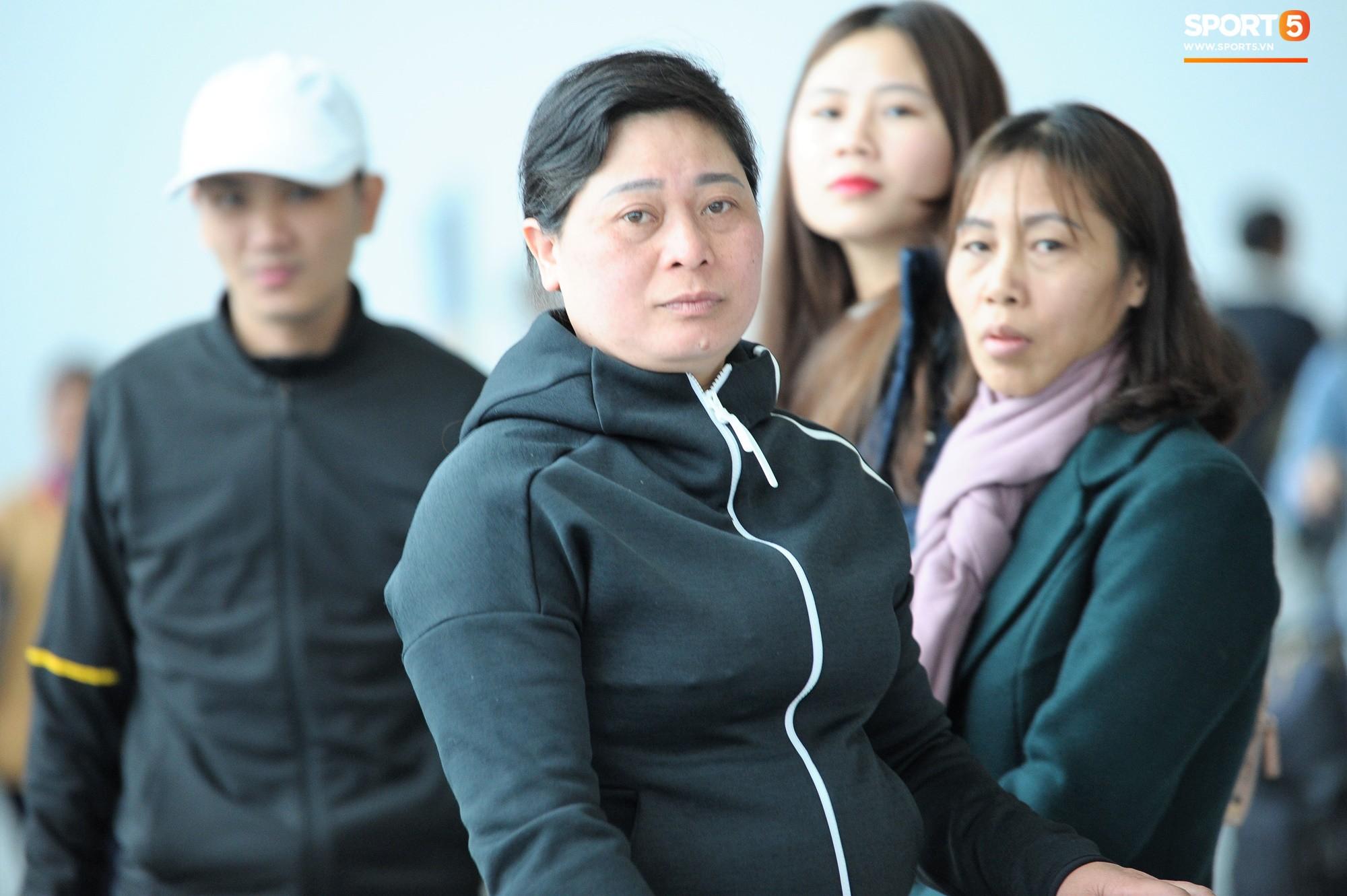 Xúc động hình ảnh bố mẹ Đình Trọng chăm chú nhìn con trai bước ra máy bay sang Hàn Quốc-13