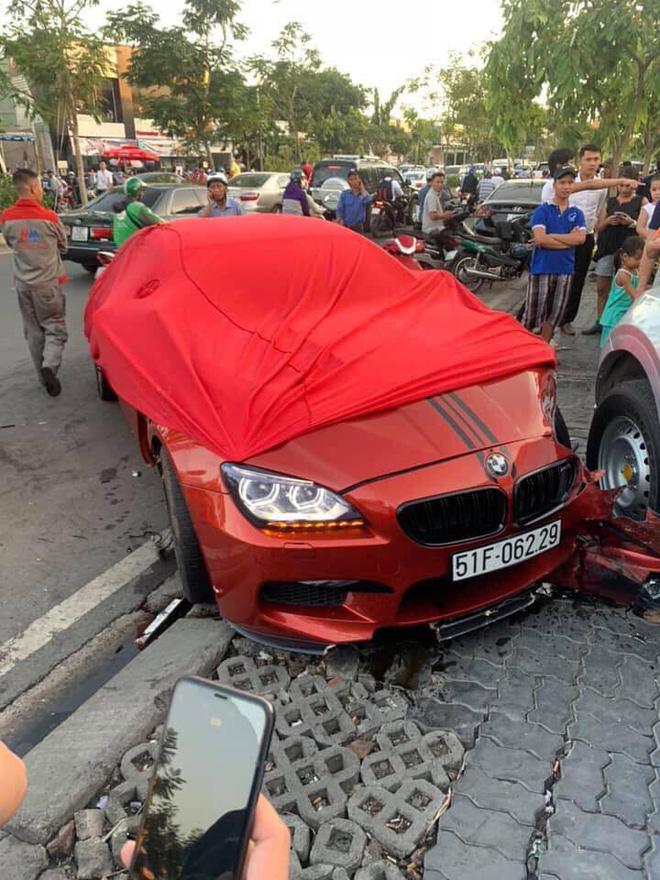 Ô tô BMW gây tai nạn liên hoàn trên đường phố Sài Gòn, những người trên xe rời khỏi hiện trường-3