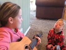 Cô bé đàn hát cho cậu em trai bị Down, khoảnh khắc gây xúc động khiến ai cũng phải bật khóc