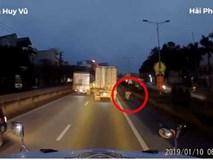 Ngã sát bánh xe tải, người phụ nữ thoát chết thần kỳ