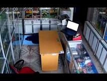 CLIP: Nam thanh niên trộm laptop trước mặt gia chủ