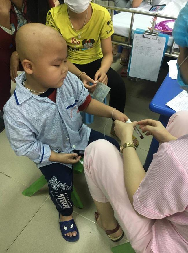 """Câu hỏi của con trai 7 tuổi mắc bệnh ung thư máu khiến người mẹ khóc nghẹn: Nếu bán nhà thì mẹ con mình ở đâu hả mẹ?""""-4"""