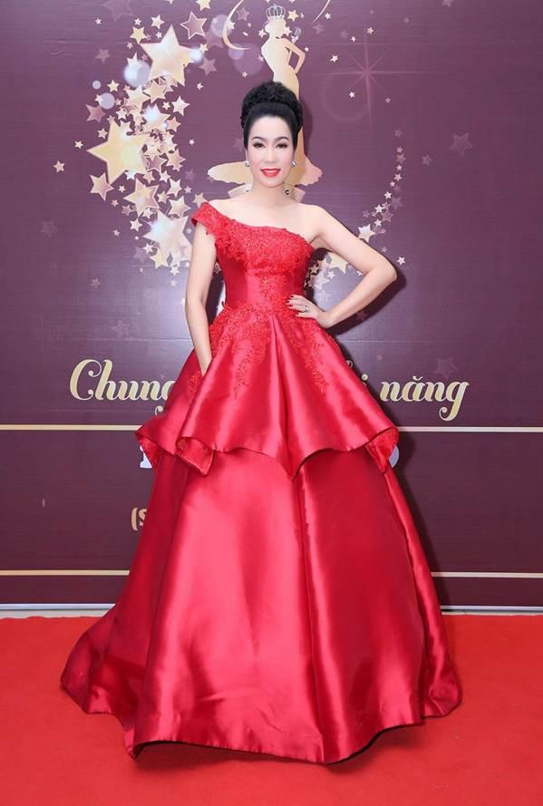 Á hậu Trịnh Kim Chi khoe vai trần gợi cảm, đẹp rực rỡ ở tuổi 48-1