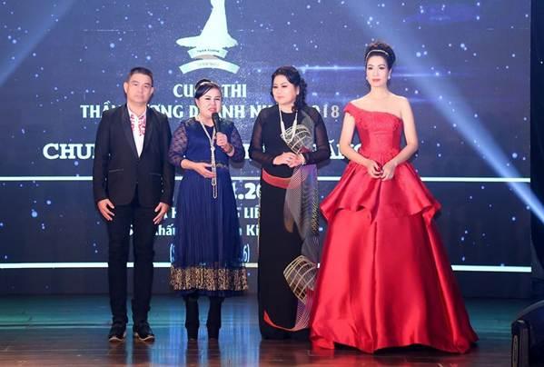 Á hậu Trịnh Kim Chi khoe vai trần gợi cảm, đẹp rực rỡ ở tuổi 48-10