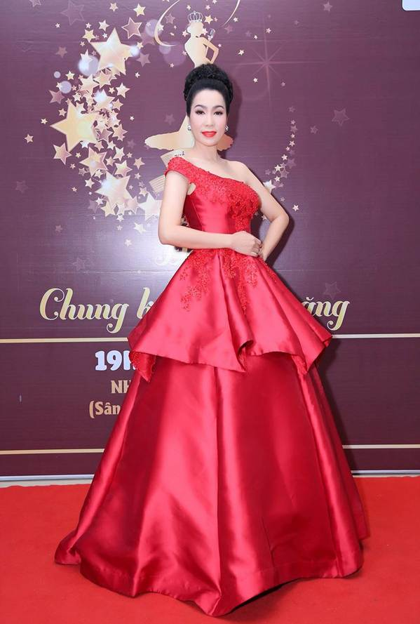 Á hậu Trịnh Kim Chi khoe vai trần gợi cảm, đẹp rực rỡ ở tuổi 48-2