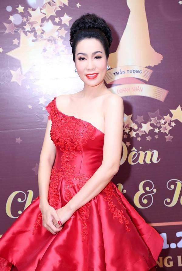 Á hậu Trịnh Kim Chi khoe vai trần gợi cảm, đẹp rực rỡ ở tuổi 48-3