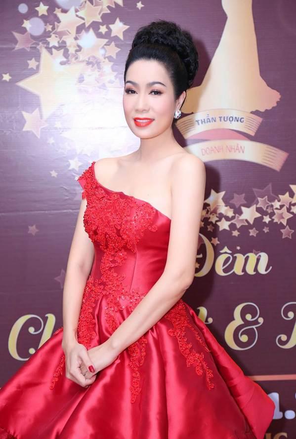 Á hậu Trịnh Kim Chi khoe vai trần gợi cảm, đẹp rực rỡ ở tuổi 48-4