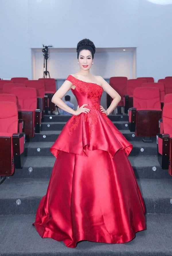 Á hậu Trịnh Kim Chi khoe vai trần gợi cảm, đẹp rực rỡ ở tuổi 48-5