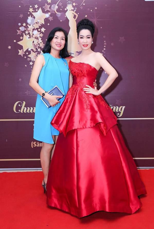 Á hậu Trịnh Kim Chi khoe vai trần gợi cảm, đẹp rực rỡ ở tuổi 48-6