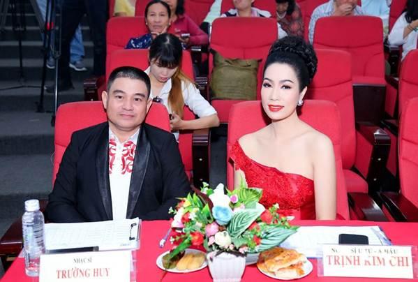 Á hậu Trịnh Kim Chi khoe vai trần gợi cảm, đẹp rực rỡ ở tuổi 48-7