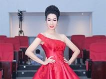 Á hậu Trịnh Kim Chi khoe vai trần gợi cảm, đẹp rực rỡ ở tuổi 48