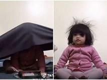Bị bố mẹ đem ra làm trò giải trí, biểu cảm ngơ ngác của bé gái dễ thương khiến dân mạng cười nghiêng ngả
