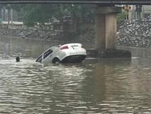 Chiếc ô tô ngụp lặn dưới sông, hình ảnh đang được chia sẻ nhiều nhất ngày thứ 6