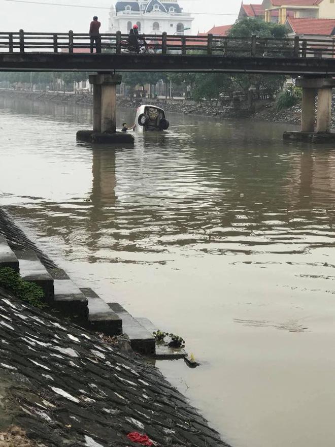 Chiếc ô tô ngụp lặn dưới sông, hình ảnh đang được chia sẻ nhiều nhất ngày thứ 6-1