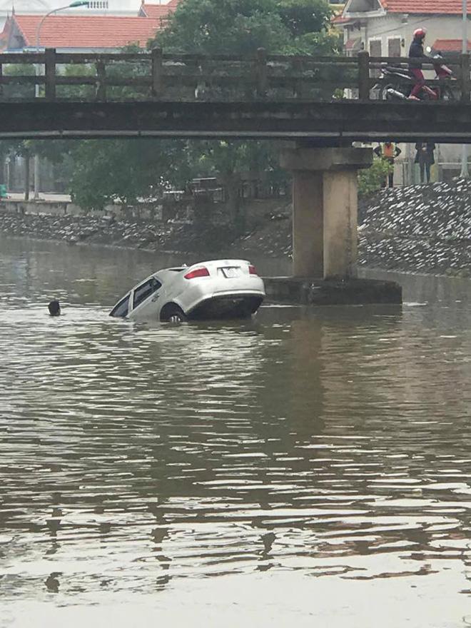 Chiếc ô tô ngụp lặn dưới sông, hình ảnh đang được chia sẻ nhiều nhất ngày thứ 6-2