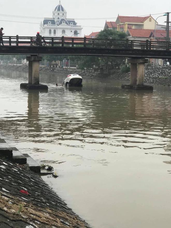 Chiếc ô tô ngụp lặn dưới sông, hình ảnh đang được chia sẻ nhiều nhất ngày thứ 6-3